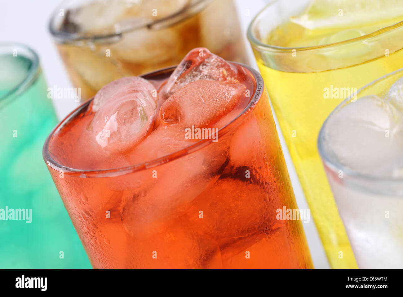 Bunte Limonade Soda Getränke, alkoholfreie Getränke in Gläsern mit ...