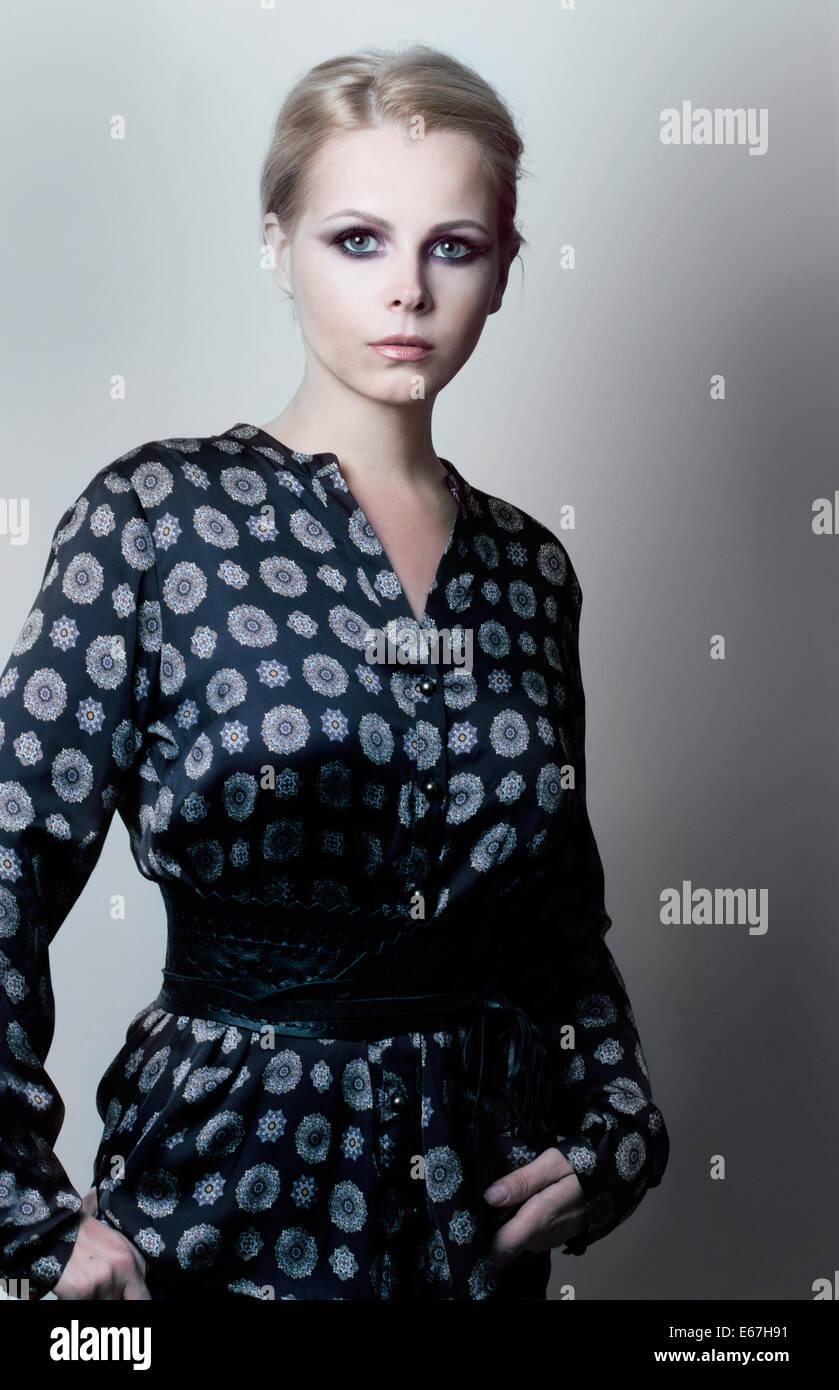Magnetismus. Eleganz. Luxuriöse weiblich in Trendy Kleid grau-blau Stockbild