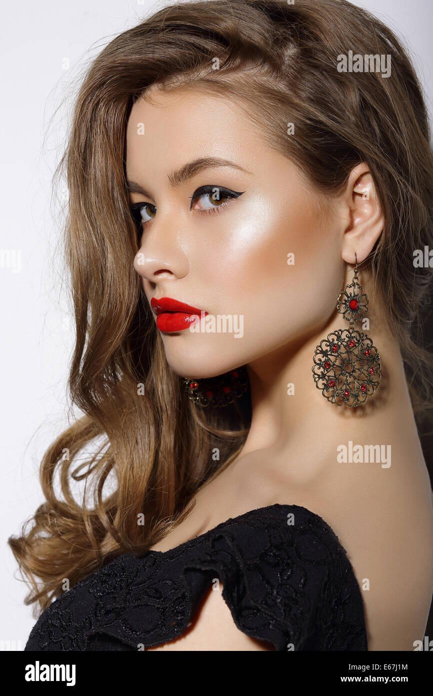 Profil von respektablen edel Brünette mit Ohrringen Stockbild