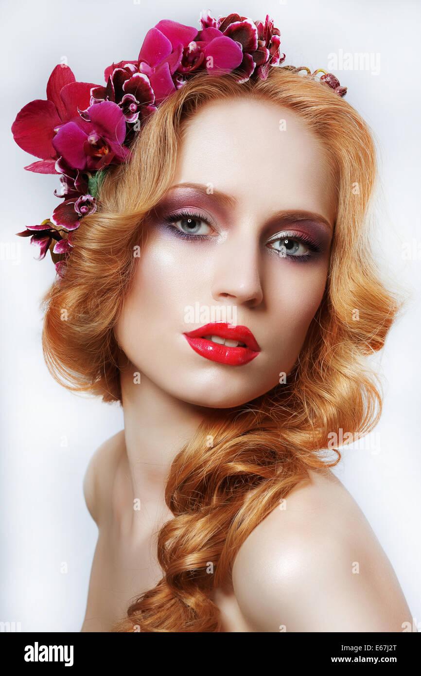 Exquisite Auburn Frau mit Kranz von Blumen und Bäumen Stockbild
