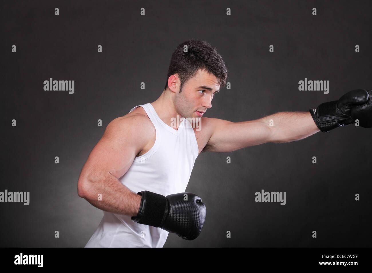 Boxer Anhebung seiner Arme starke sportliche Kraftprotz, Sport-Guy ...