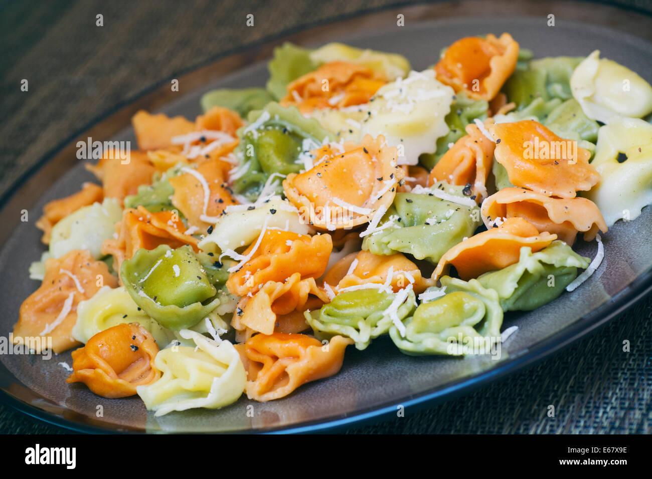 Teller mit Tricolor Tortellini Stockbild