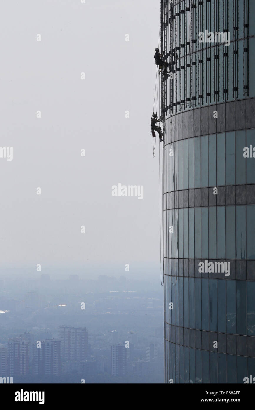 Moskau, Russland. 18. August 2014. Bauarbeiter Klettern der Federation Tower Wolkenkratzers an der Moscow International Stockfoto