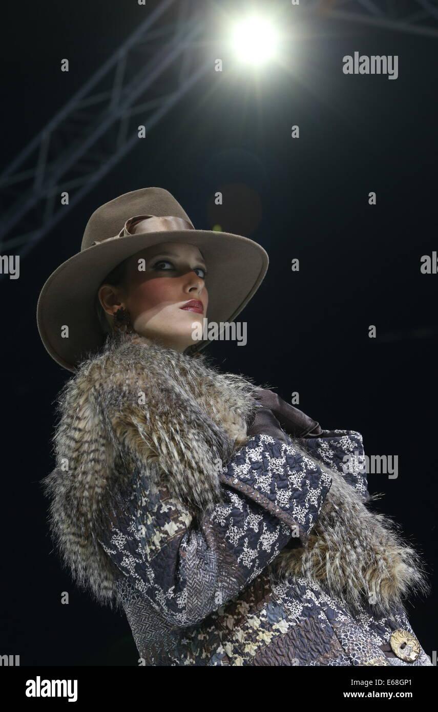 Moskau, Russland. 18. August 2014. Ein Modell zeigt Kreationen während der Modeschöpfer Vyacheslav Zaitsev Start Stockfoto