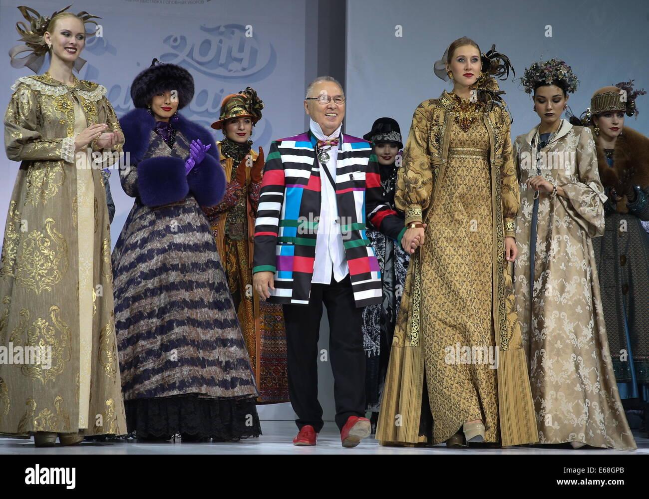 Moskau, Russland. 18. August 2014. Mode-Designer Vyacheslav Zaitsev (C) gesehen während seiner Modenschau im Rahmen Stockfoto