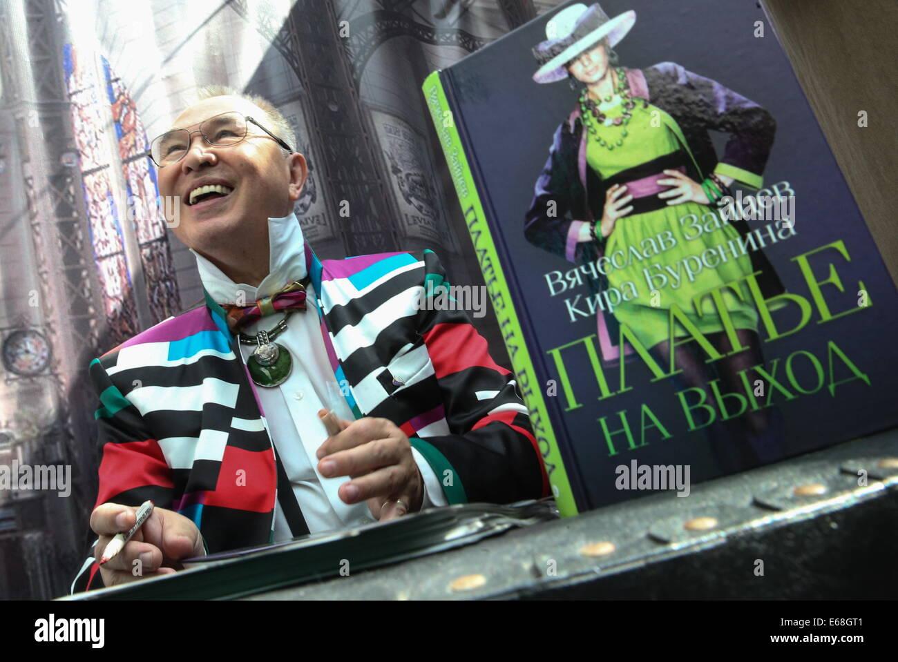 Moskau, Russland. 18. August 2014. Fashion Designer Vyacheslav Zaitsev lächelt bei einer Präsentation seines Buches Stockfoto