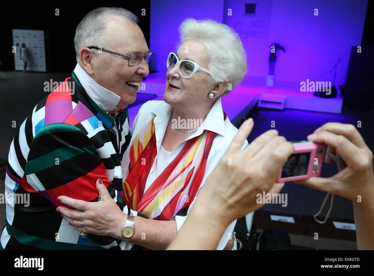 Moskau, Russland. 18. August 2014. Modedesignerin Vyacheslav Zaitsev und TV-Moderatorin Anna Shatilova an der 12. Stockfoto