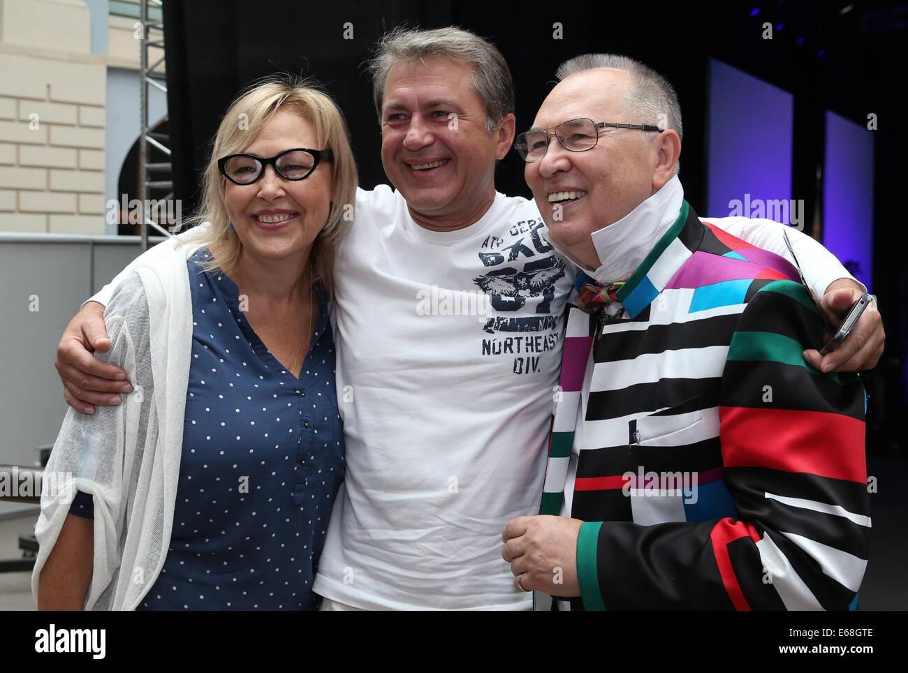 Moskau, Russland. 18. August 2014. Schauspieler Natalya Khorokhorina, Ivan Shabaltas und Modedesignerin Vyacheslav Stockfoto