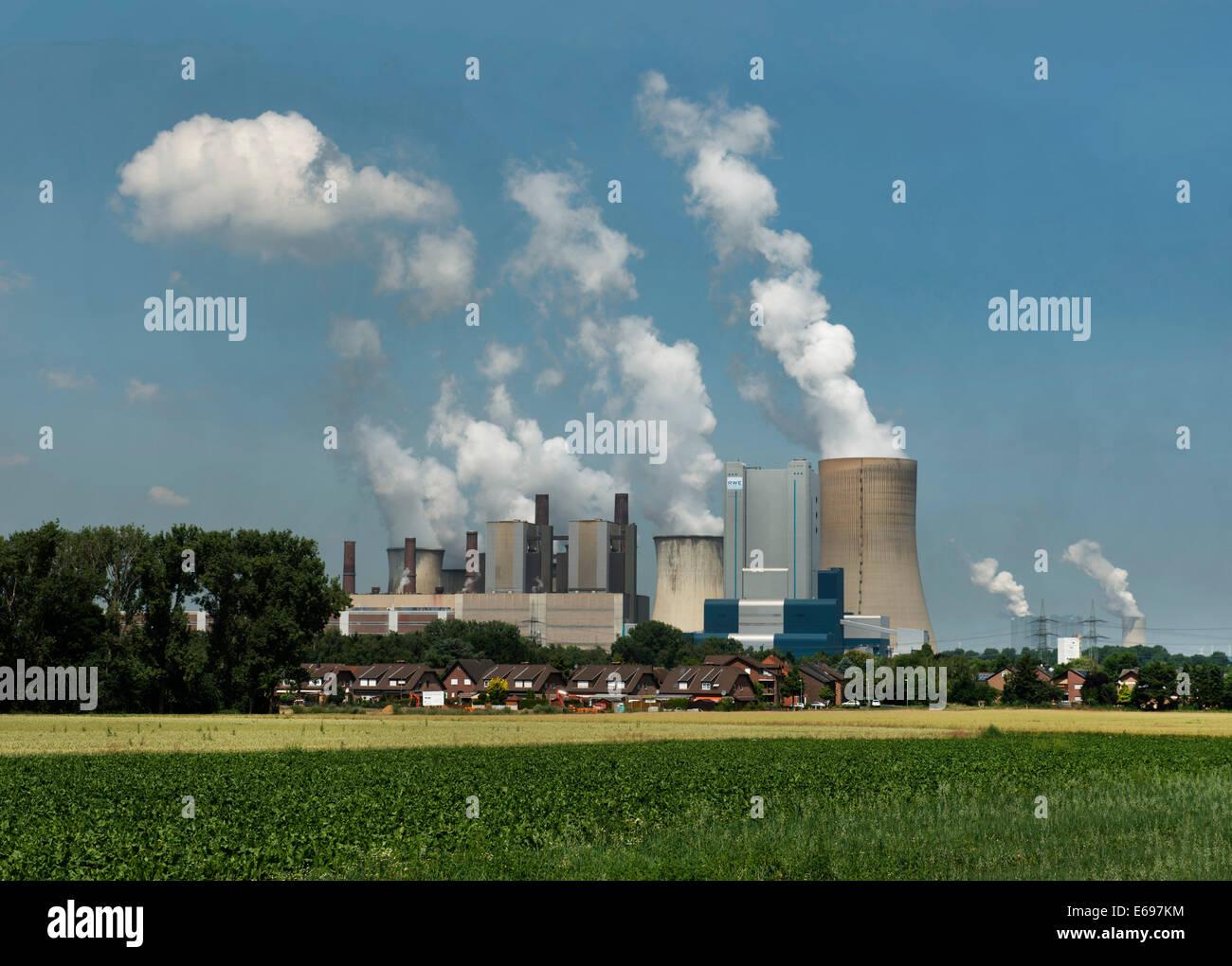 Braunkohle-Kraftwerk, Wohngebäude und Ackerland an der Front, Bergheim-Niederaußem, North Rhine-Westphalia Stockbild