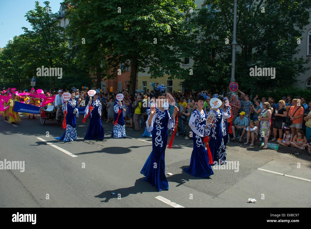 Teilnehmer am Karneval der Kulturen (Karneval der Kulturen), eines der wichtigsten städtischen Festivals in Berlin Stockfoto