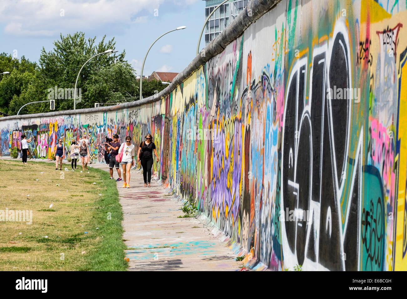 Graffiti auf ursprünglichen Abschnitt der Berliner Mauer in der East Side Gallery in Friedrichshain in Berlin Stockbild