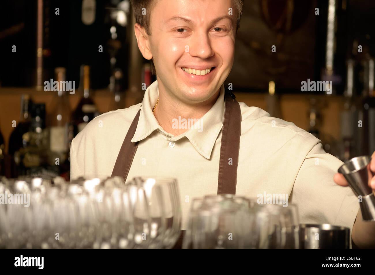 Barkeeper bei der Arbeit - im Innenbereich Stockbild