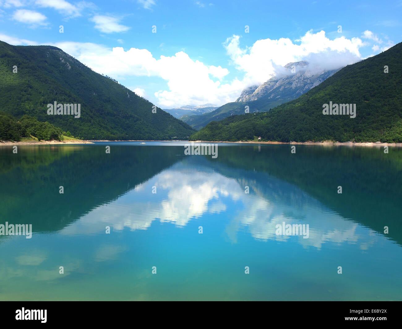 Schöne Aussicht auf hohen blauen Bergsee Stockbild