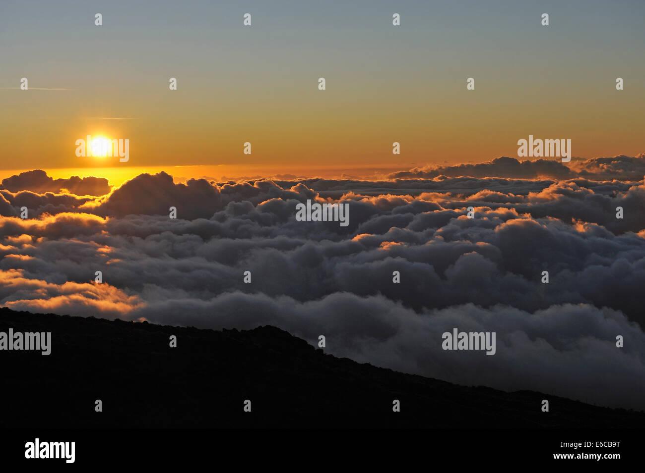 Sonnenuntergang über Wolken - Wolkengebilde am Sonnenuntergang, Insel Maui, Hawaii Inseln, USA Stockbild