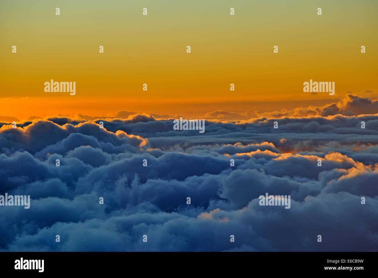 Über den Wolken - Wolkengebilde am Sonnenuntergang, Insel Maui, Hawaii Inseln, USA Stockbild