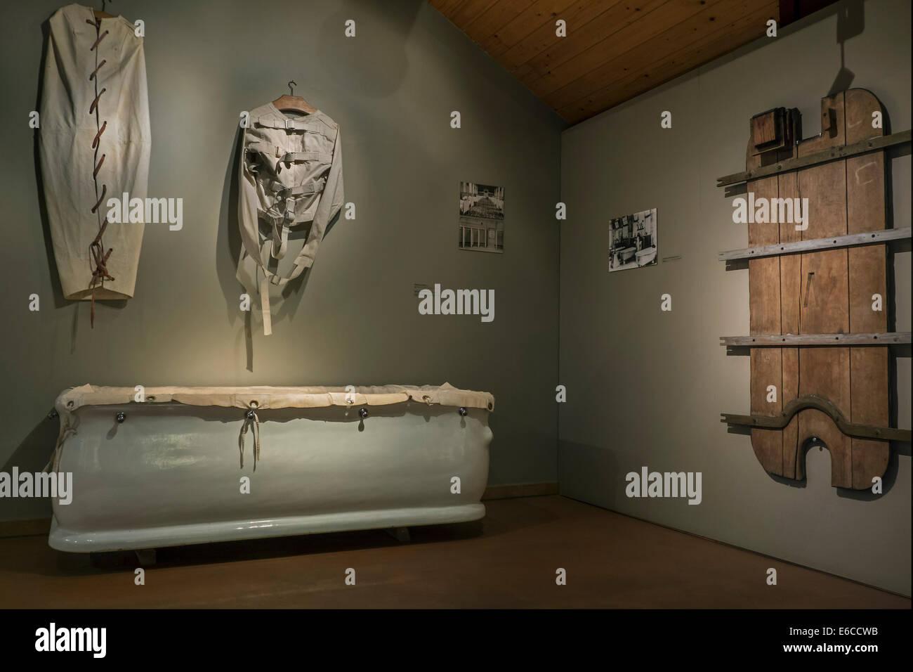 Badewanne und Zwangsjacke / Zwangsjacke verwendet, um ein Patient zurückhalten während Bad Theraphy, Dr. Stockbild