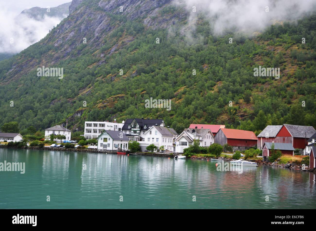 Eine Bus-Tour beginnt mit einem Dorf mit hübschen Häusern am See. Stockbild