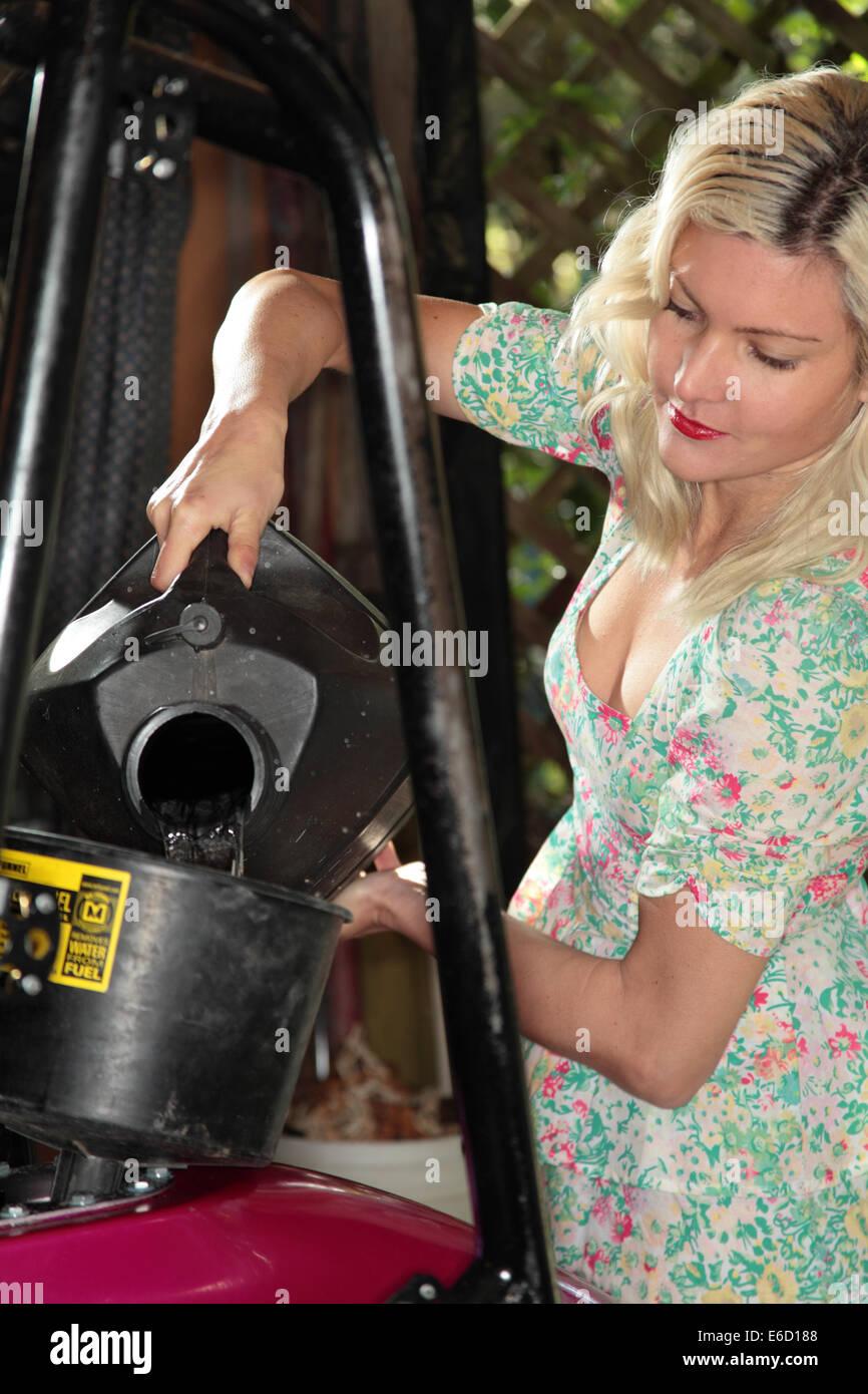 Frau, Befestigung ihrer Midget Rennwagen Stockbild