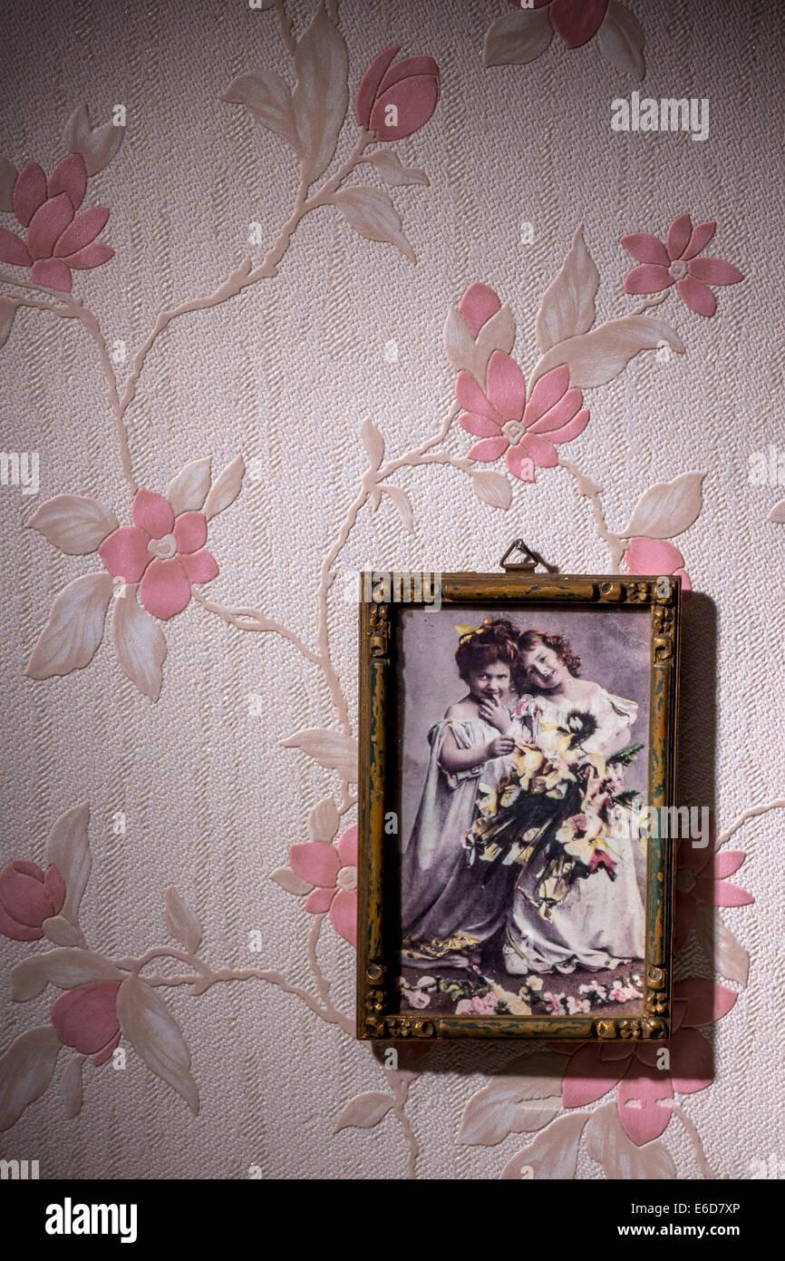 Bilderrahmen mit alten Foto Tapete mit rosa Blumenmuster hängen ...