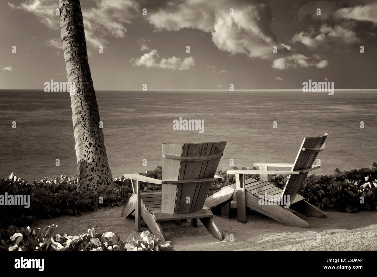 Zwei Andirondac Stühlen mit Blick auf Ozean im Four Seasons. Lanai, Hawaii. Stockbild