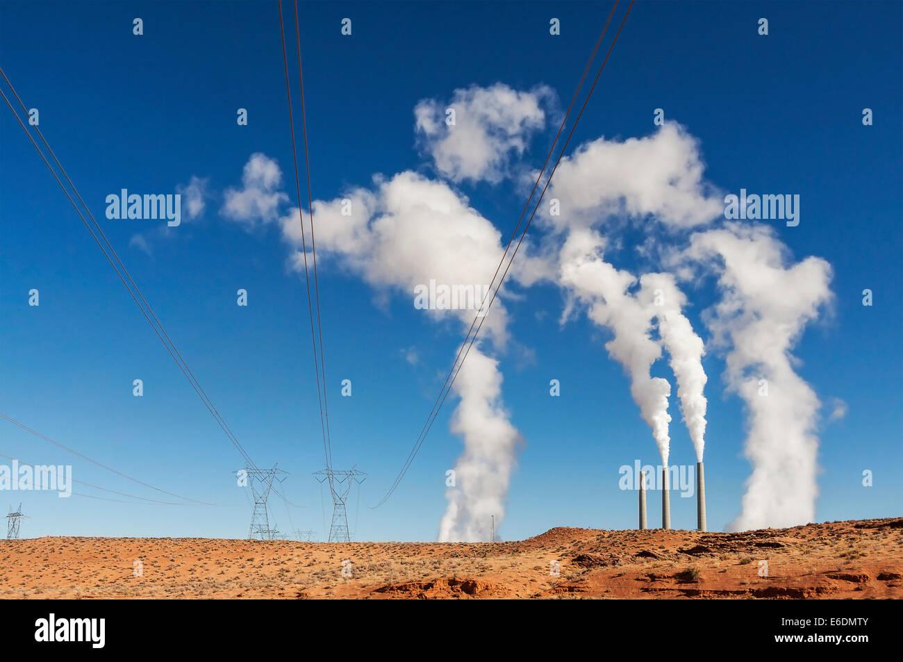 Energie-Industrie-Infrastruktur. Schornsteine mit weißer Rauch auf blauem Himmel, USA. Stockbild