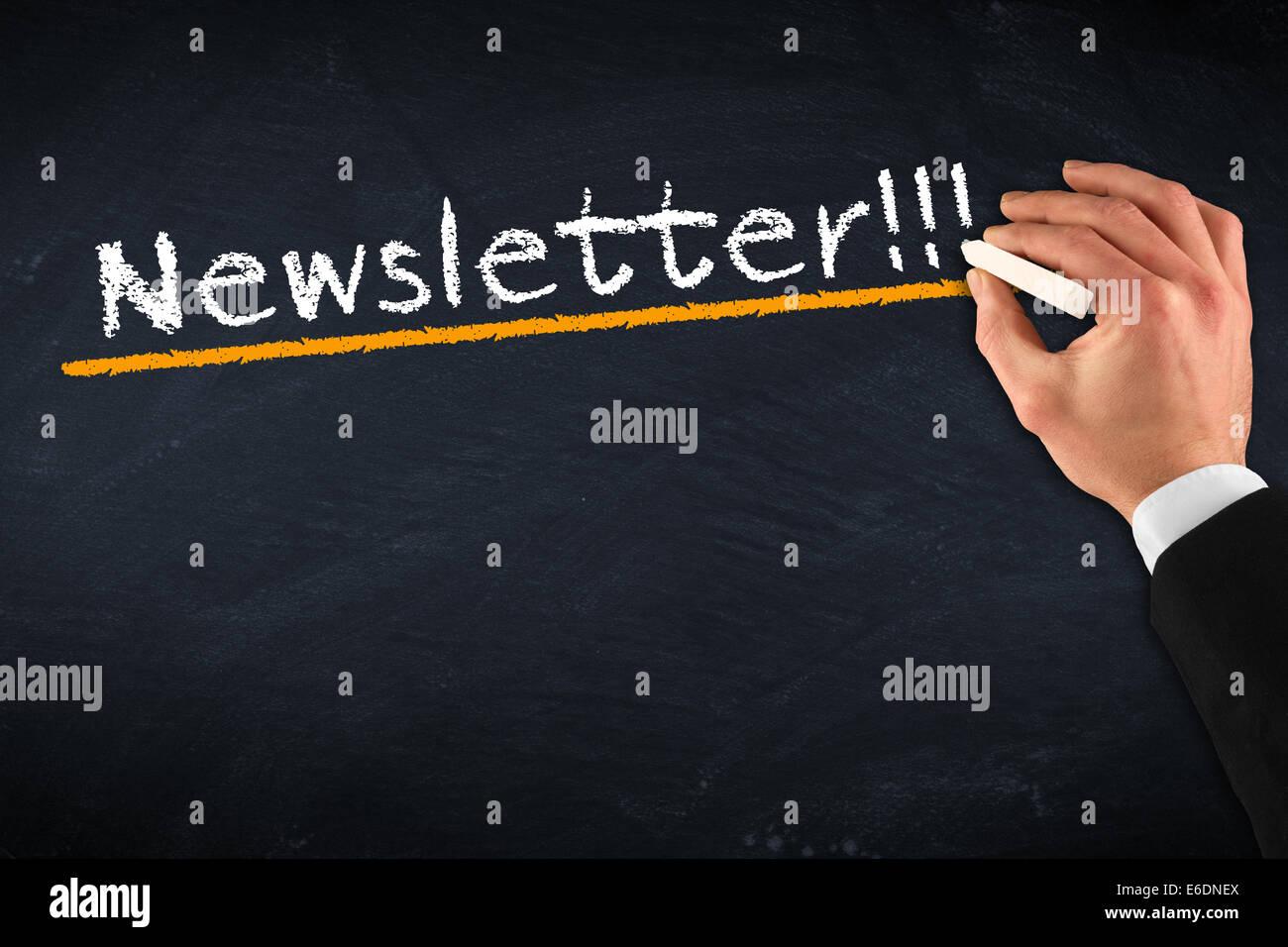 Tafel mit Hand und Newsletter-Zeichnung Stockbild