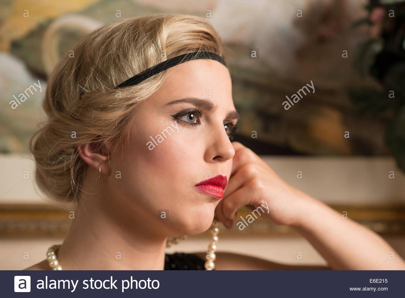 Kopf Einer Frau Mit Einem 20er Jahre Frisur Im Profil Geschossen