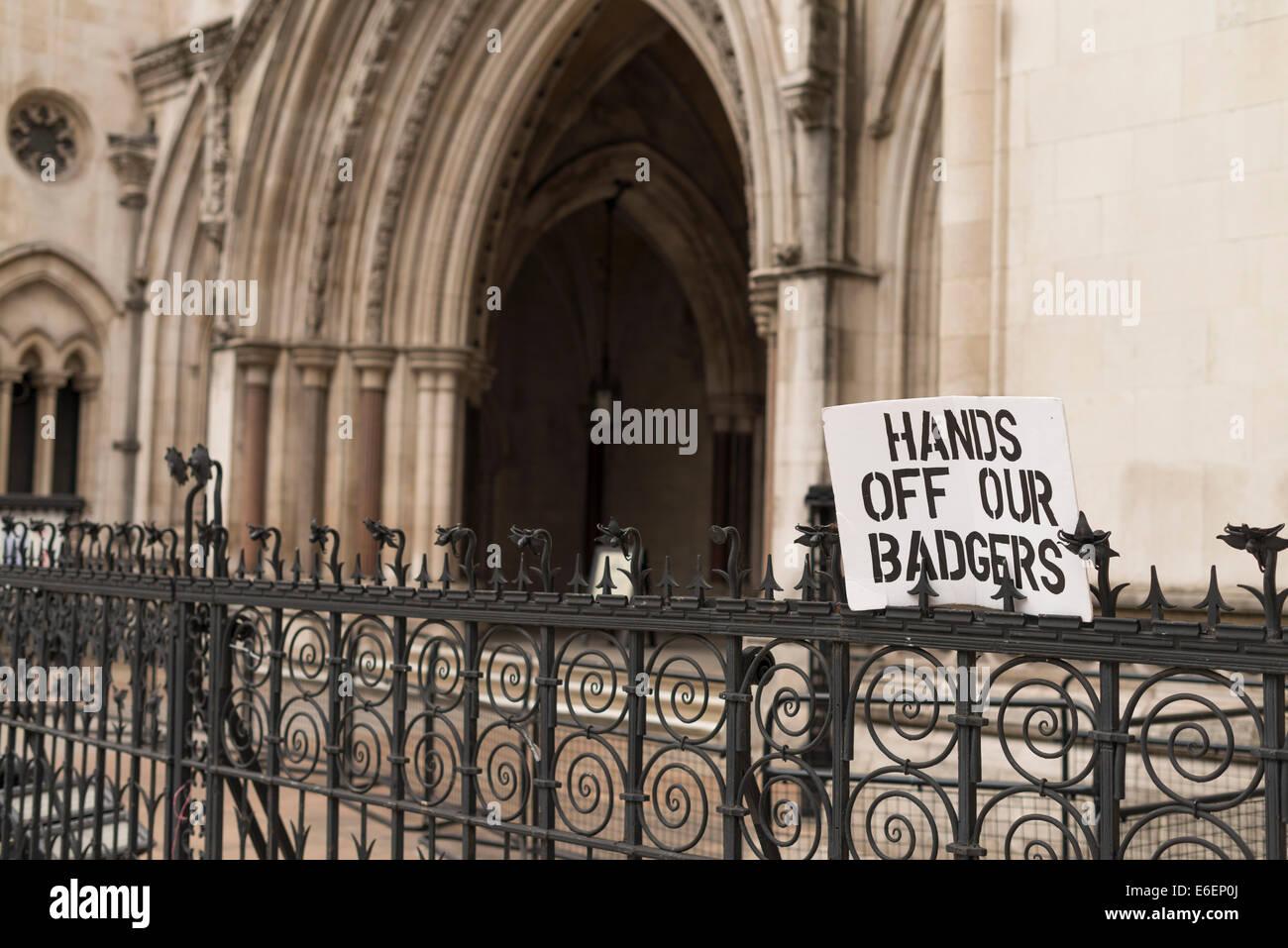 Königliche Gerichte der Justiz Badger protestieren Zeichen. Stockfoto