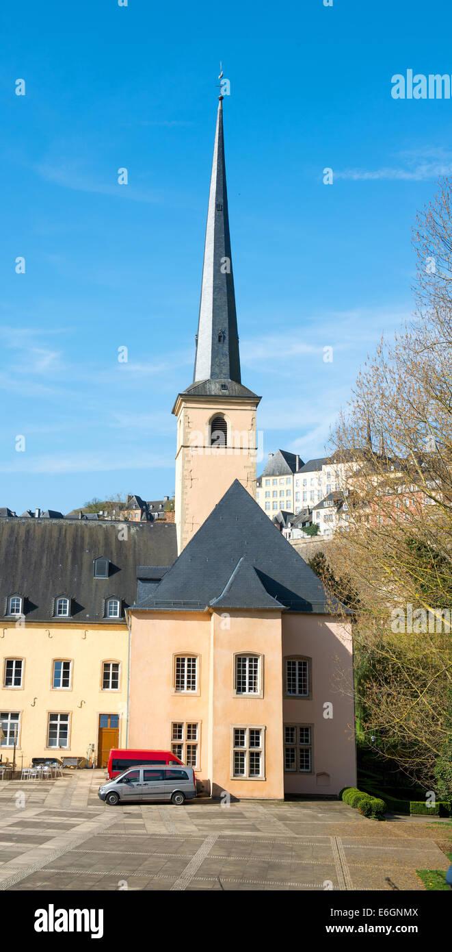 Die Innenstadt von der Stadt Luxemburg, Ansicht mit Fluss Alzette. Abtei Neumünster und Johanneskirche Stockbild