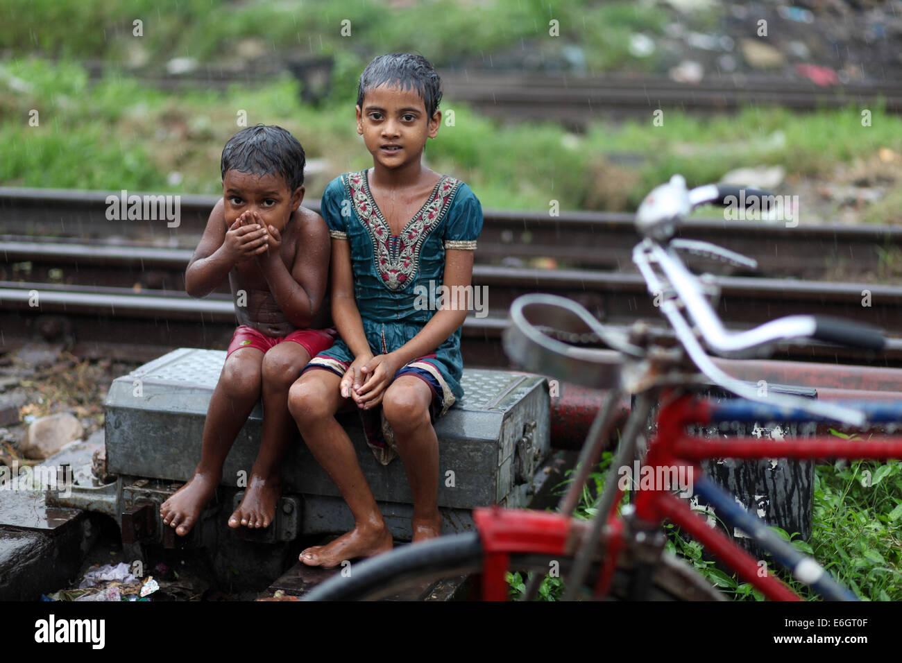 Dhaka, Bangladesch. 23. August 2014. Slum Kinder genießen Regen in ...