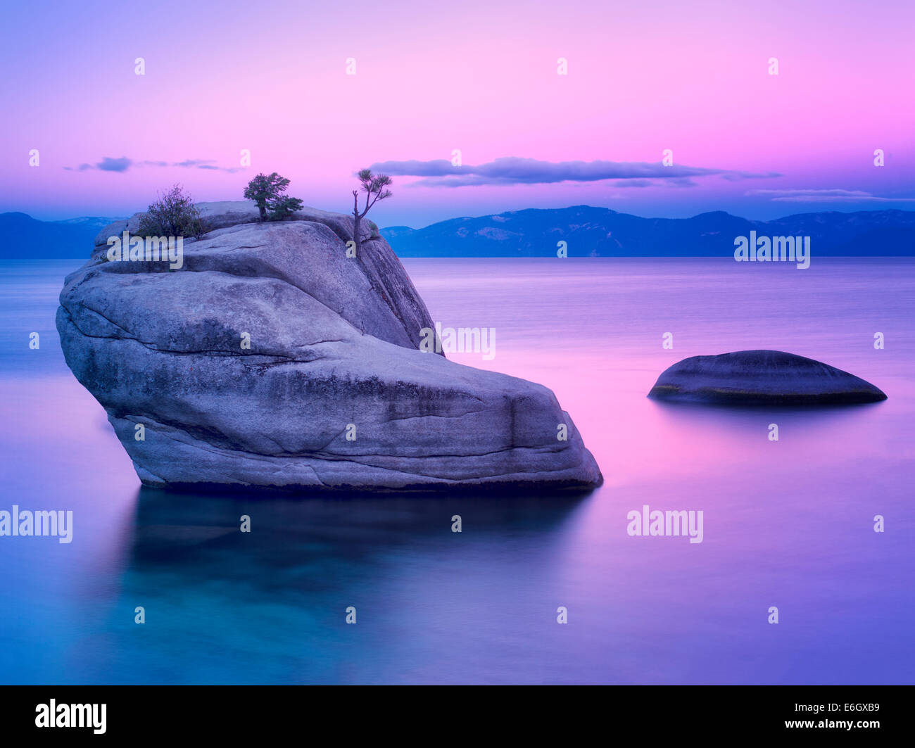 Bonsai-Rock bei Sonnenaufgang. Lake Tahoe, Nevada Stockbild