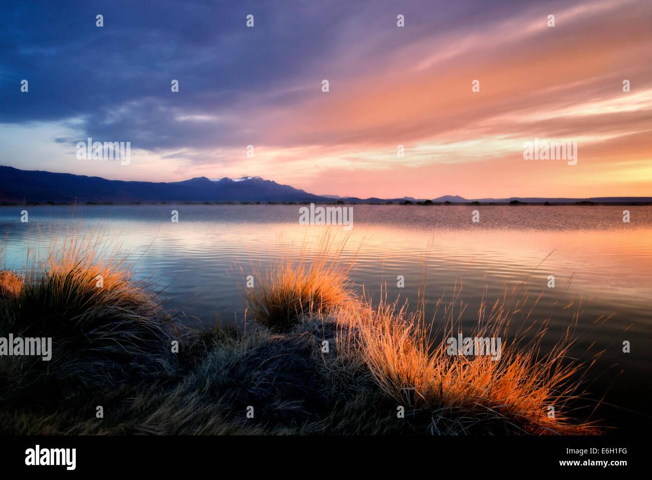 Sonnenaufgang am Borax Teich mit Steens Mountain.  Borax Lake Preserve, Oregon Stockbild