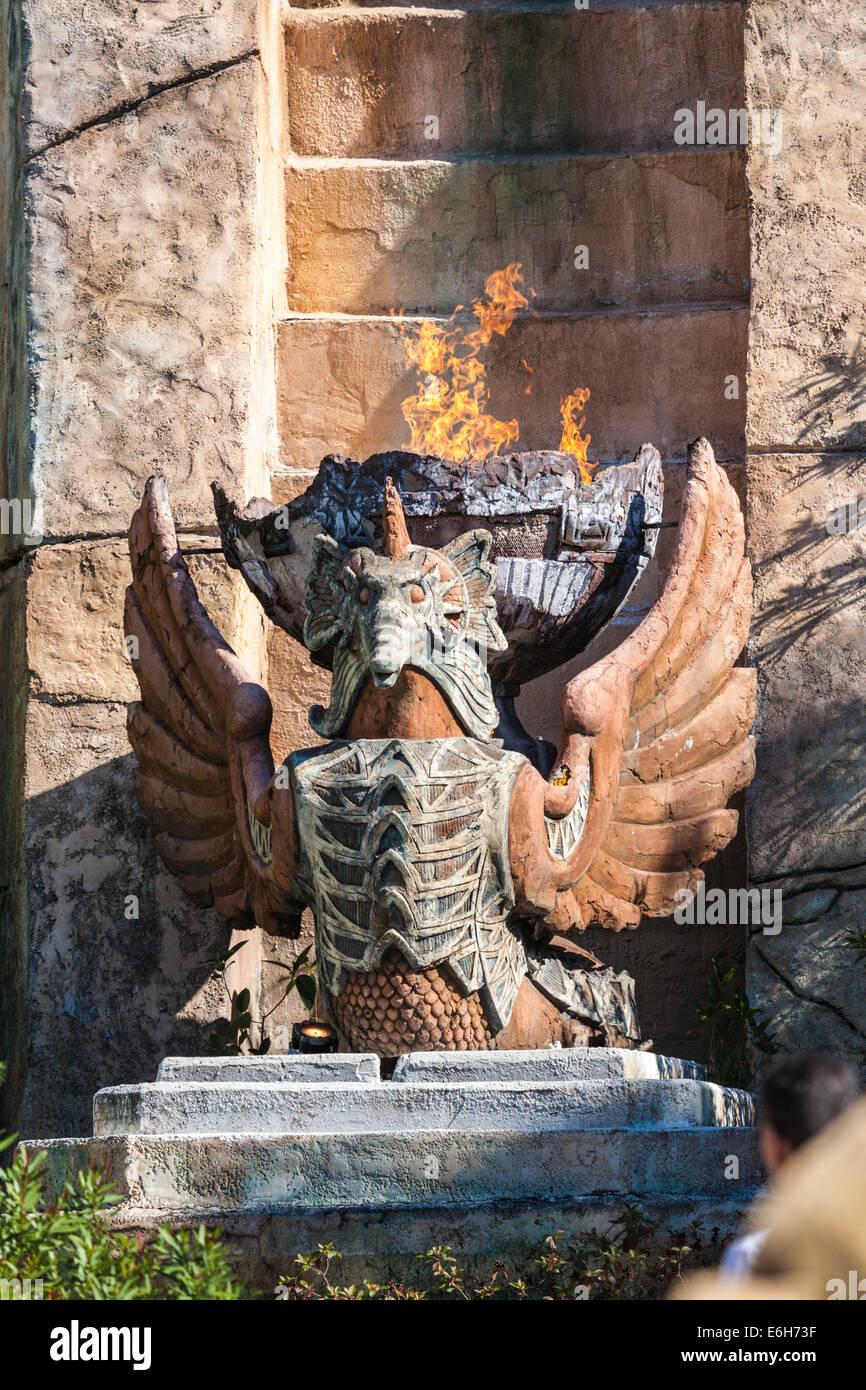 Flammen kommen aus Plastik in The Lost Continent in Universals Islands of Adventure in Orlando, Florida Stockbild