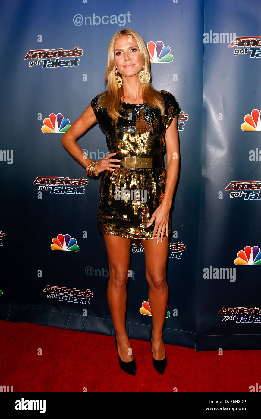 """Heidi Klum kümmert sich hinter den Kulissen Post-Show roter Teppich für NBC's """"America es Got Stockbild"""