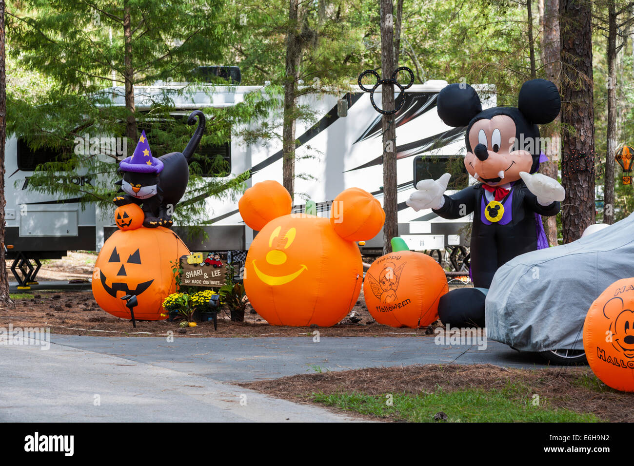 Kürbisse und Mickey Mouse Halloween-Dekorationen in Fort Wilderness ...