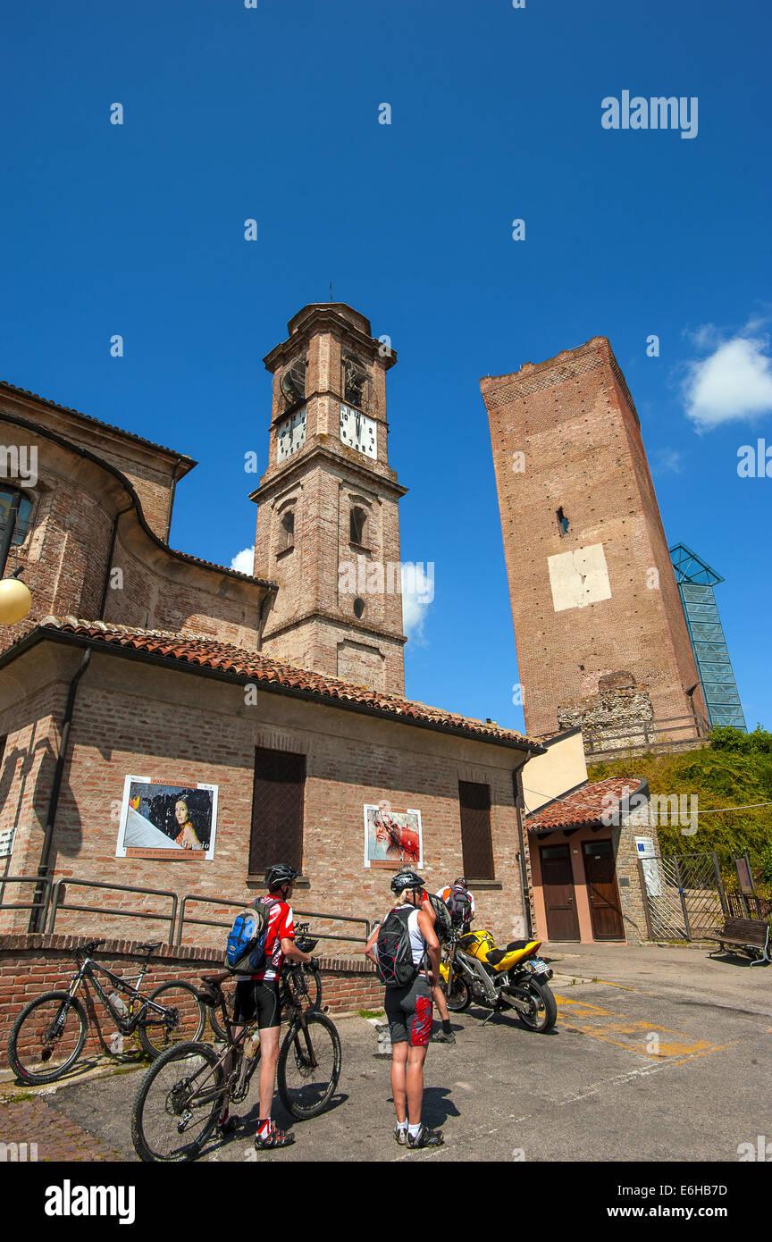 Italien-Piemont-Langhe-Barbaresco Radfahrer und die Pfarrei Kirche San Giovanni Battista Stockfoto
