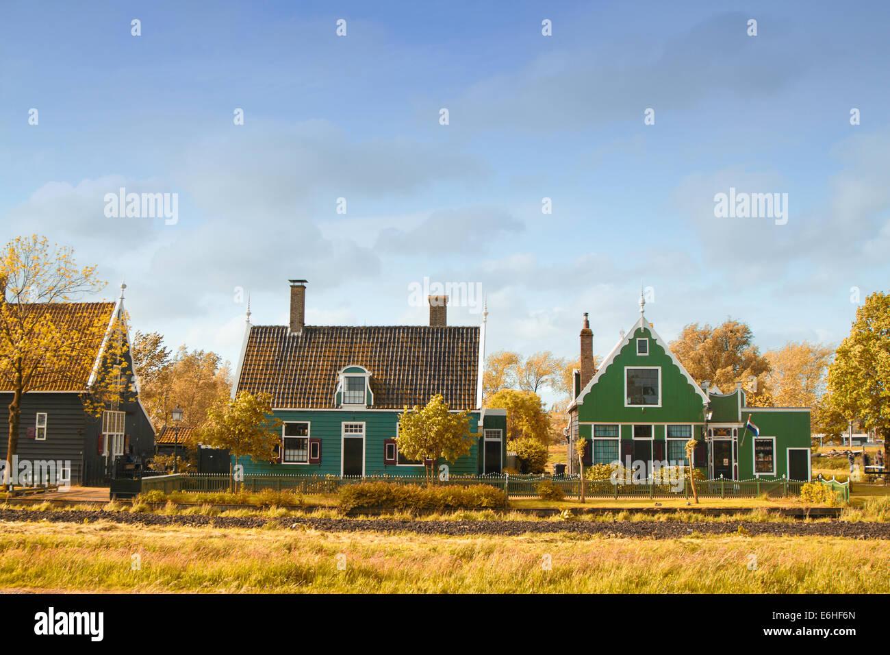 niederl ndische landschaft von kleinen h usern und alten kanal in zaanse niederlande stockfoto. Black Bedroom Furniture Sets. Home Design Ideas