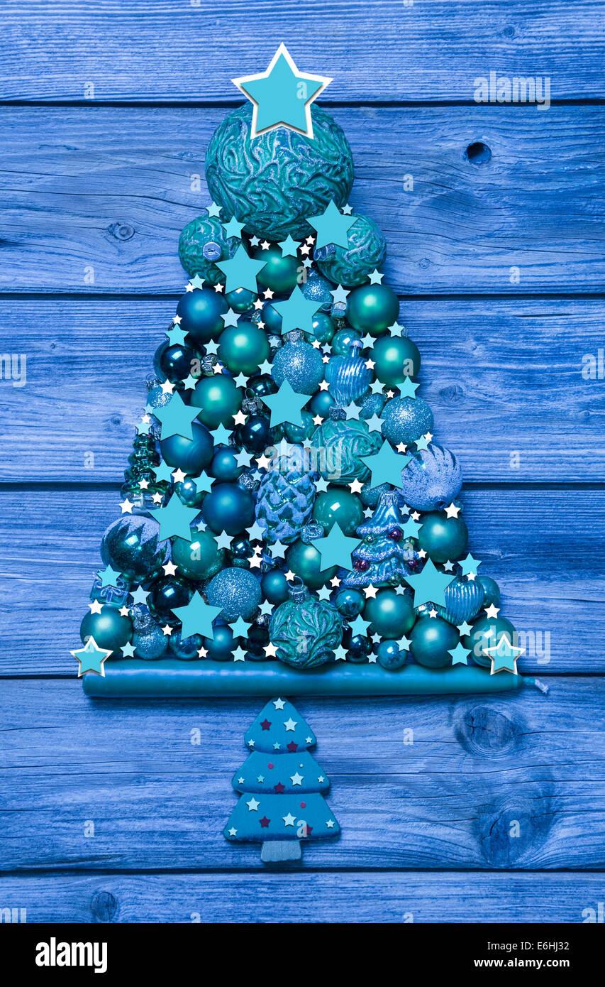 weihnachtsbaum aus holz mit kugeln frohe weihnachten in europa. Black Bedroom Furniture Sets. Home Design Ideas