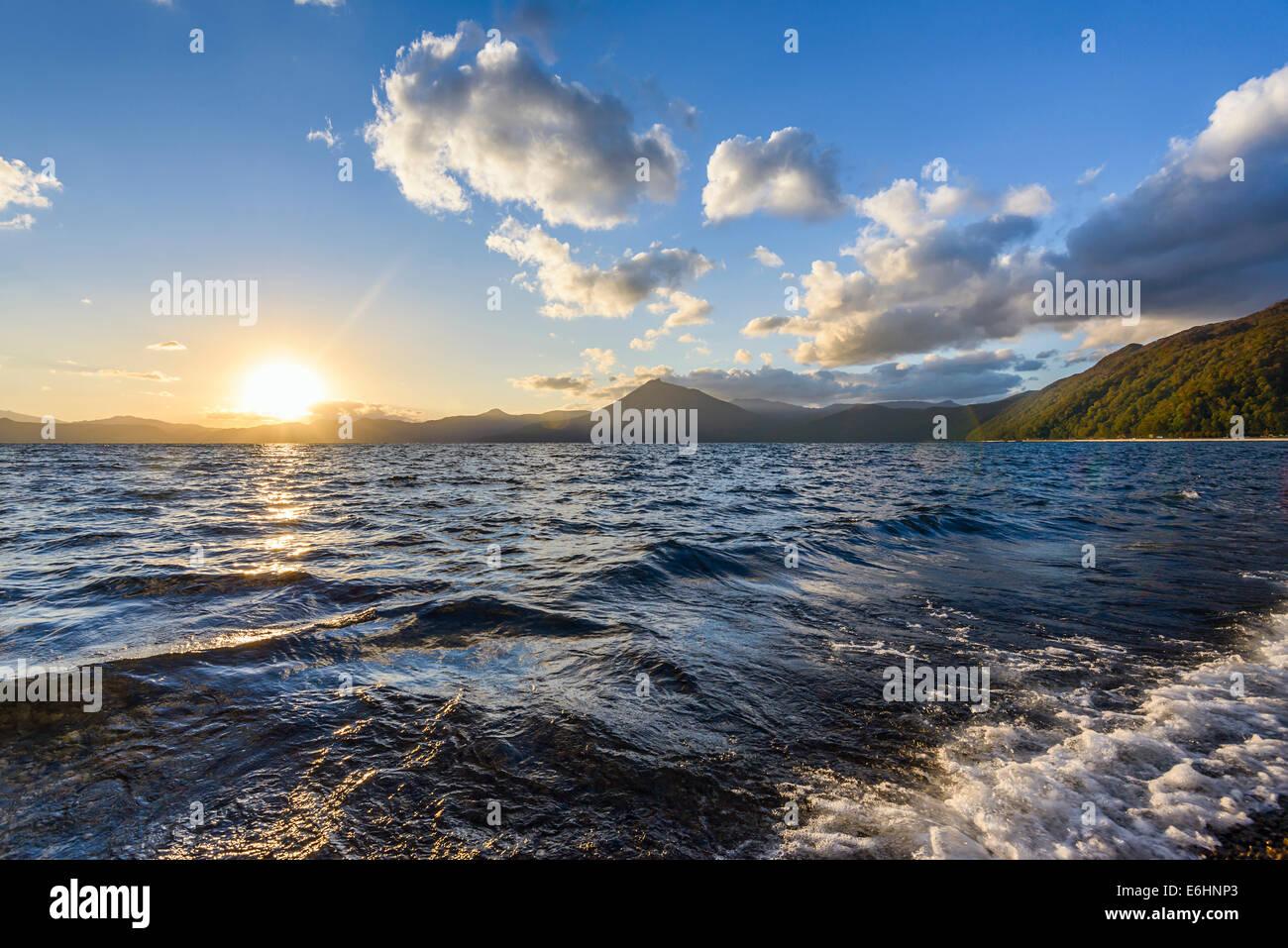 Lake Shikotsu bei Sonnenuntergang in Hokkaido, Japan. Stockbild