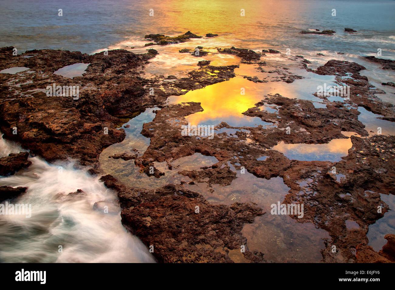 Sonnenuntergang Spiegelung bei Ebbe. Lanai, Hawaii. Stockbild