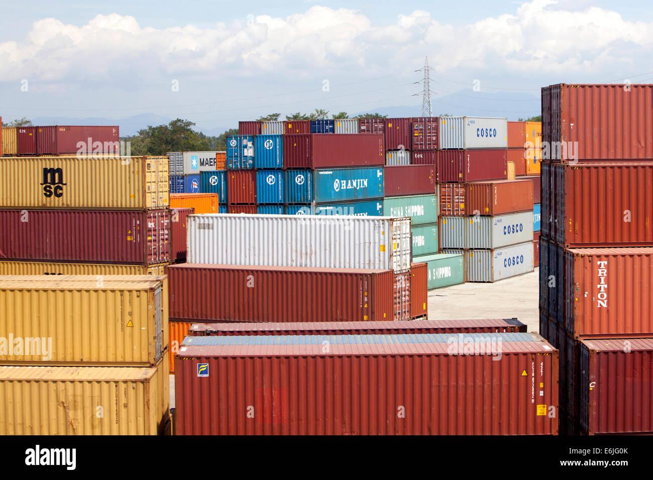 Gestapelte 40 Fuss Container In Pisa Italien Stockfoto Bild