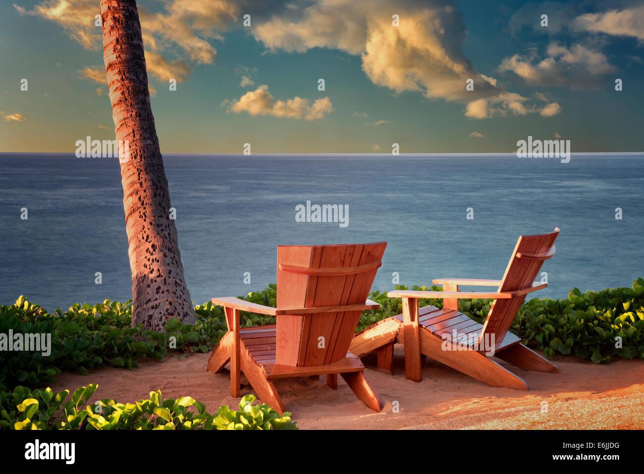 Zwei Adirondac Stühlen mit Blick auf Meer bei vier Seson. Lanai, Hawaii. Stockbild