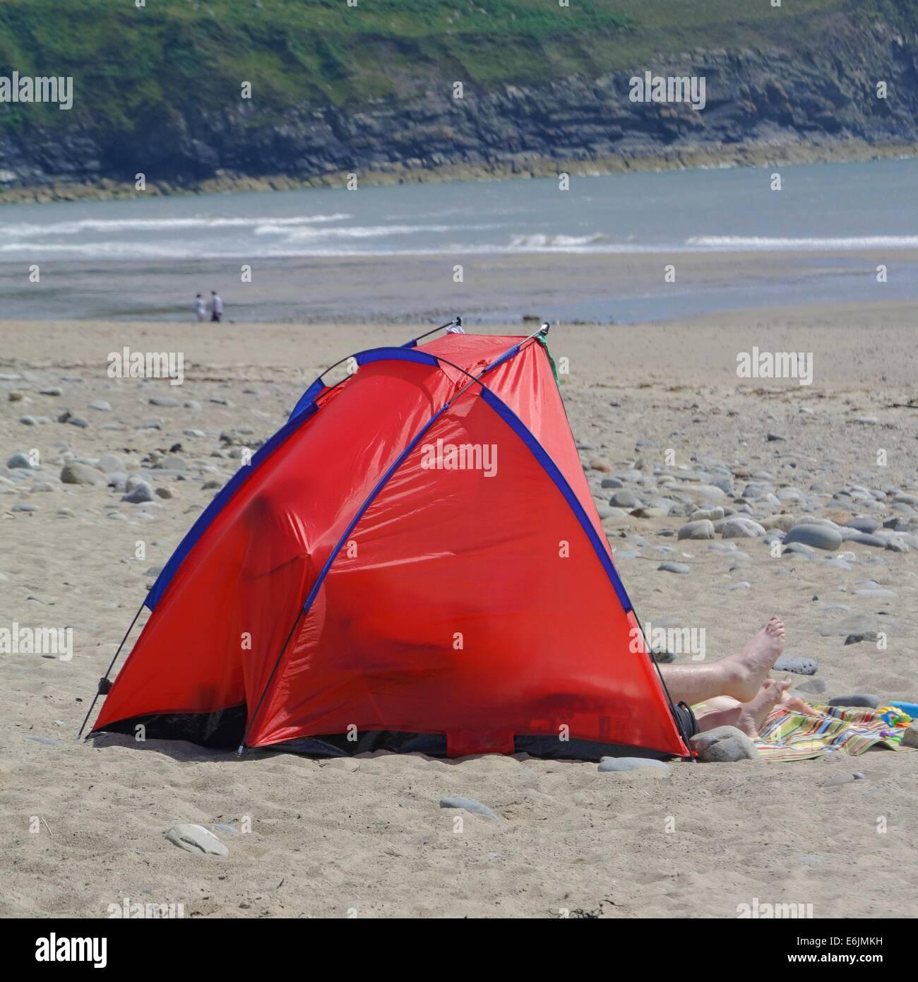 Ein roter Rahmen-Zelt für schützt vor dem Wind am Strand von Porth ...