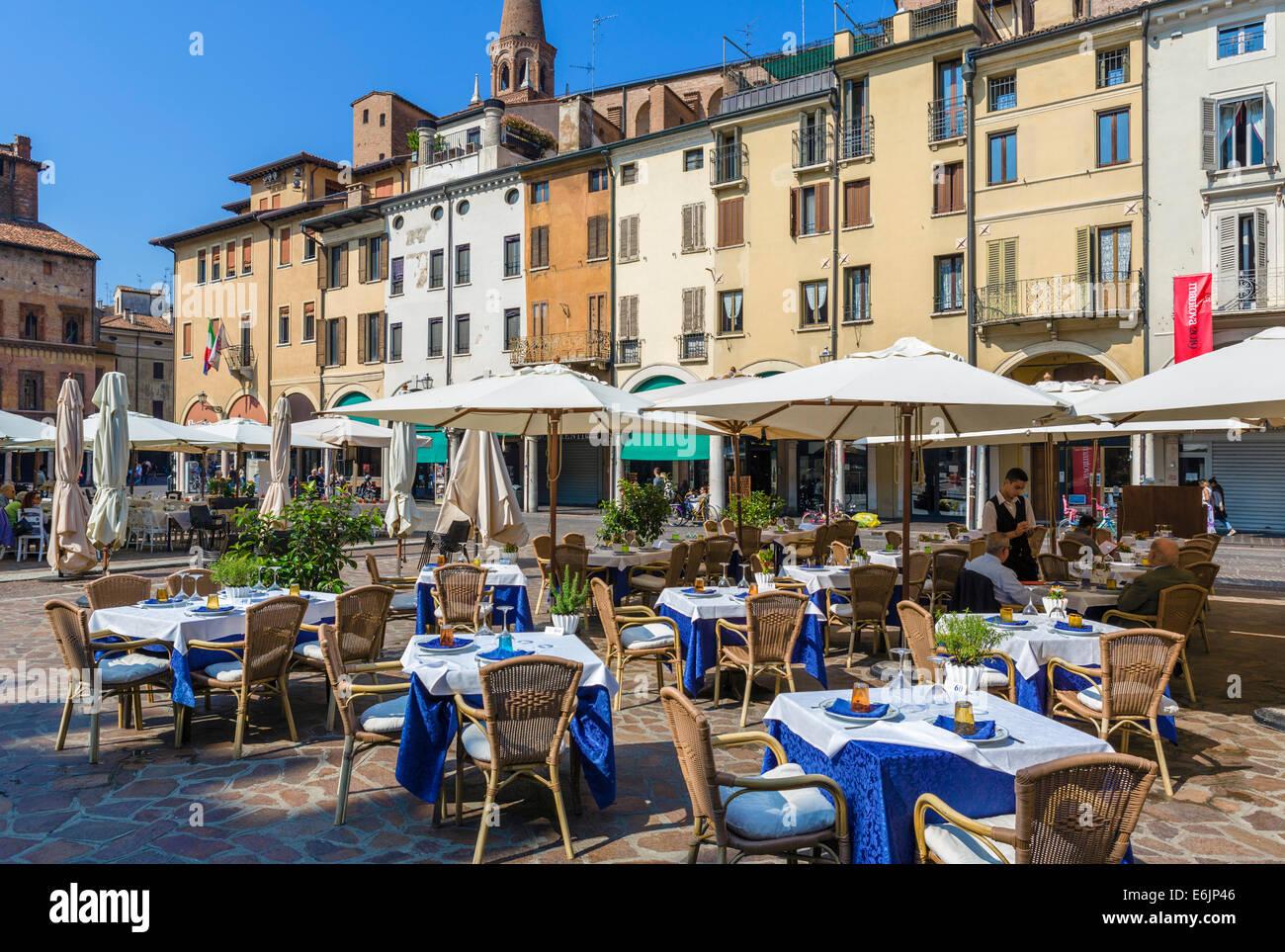 Restaurant in Piazza Delle Erbe im Zentrum der historischen Stadt von Mantua, Lombardei, Italien Stockbild