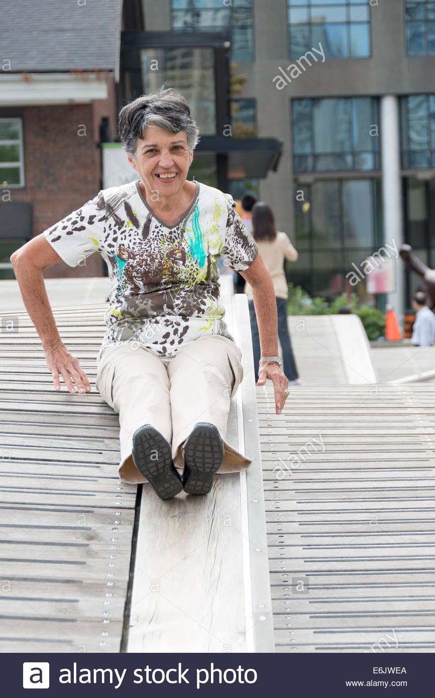Senioren, die Spaß an einem Sommertag im Freien und gleiten in Toronto Wallgraben. Stockbild