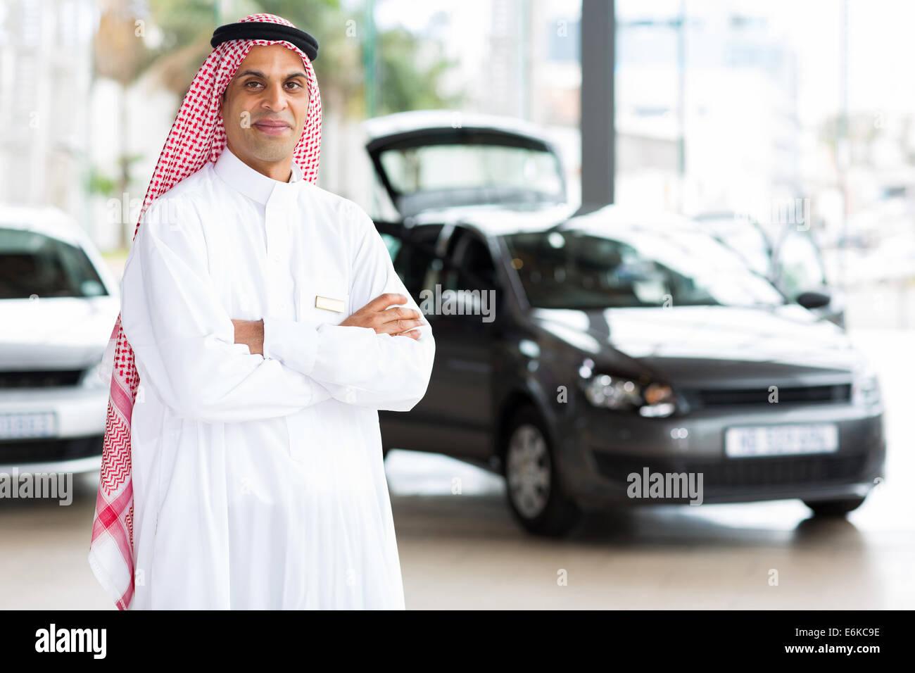 Nahen Ostens männlichen Auto Händler Prinzipal im showroom Stockbild