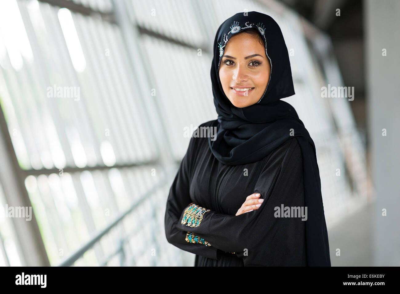 moderne arabische Frau mit verschränkten Armen Stockbild