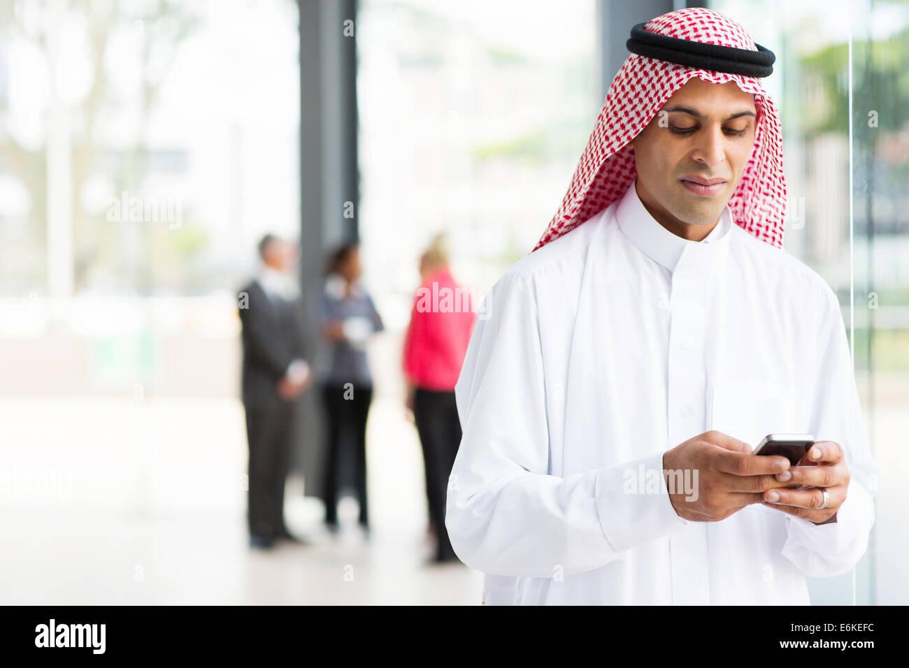 moderne islamische Geschäftsmann mit Smartphone Stockbild