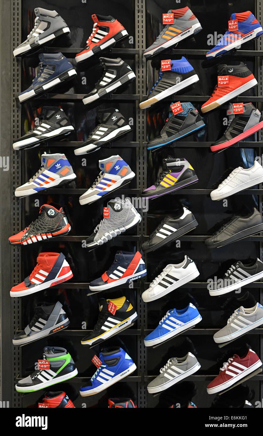 2116a727c35b Bunte Anzeige von Adidas Sportschuhe bei Foot Locker Sportgeschäft am  Broadway in Greenwich Village, New