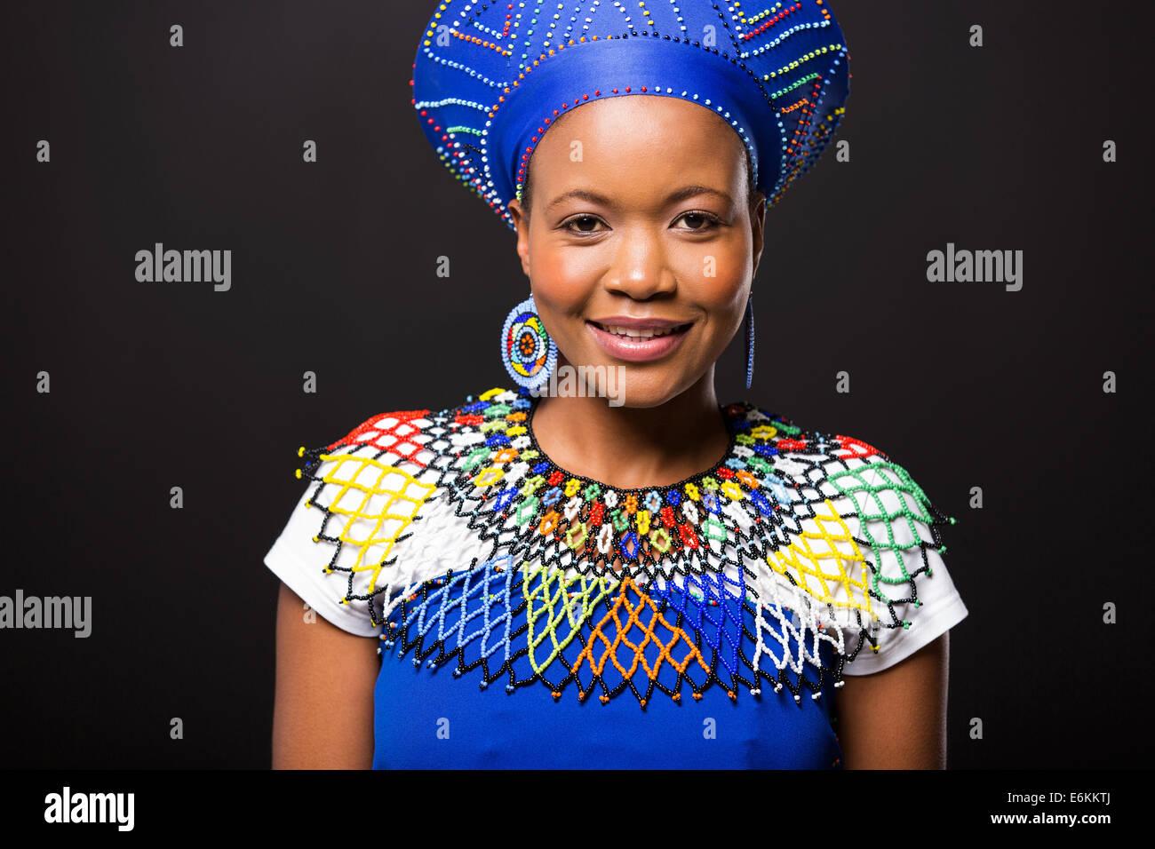 schöne afrikanische Frau in traditioneller Kleidung Porträt auf schwarzem Hintergrund Stockbild